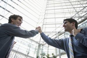 Foto Handschlag zweier Geschäftsleute in einem Bürogebäude